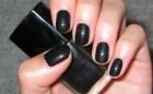 U modi je crni lak na noktima
